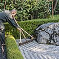 Raking the garden, Taizo-in